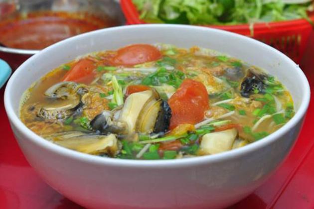 Bun oc Noodle soup with nails