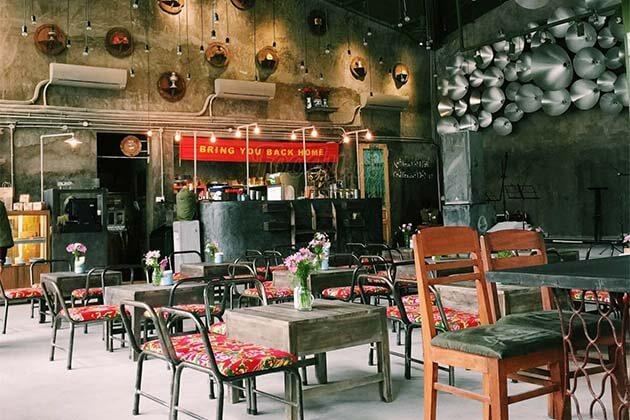 Drink coffee in Hanoi Old Quater, Vietnam Local Tours